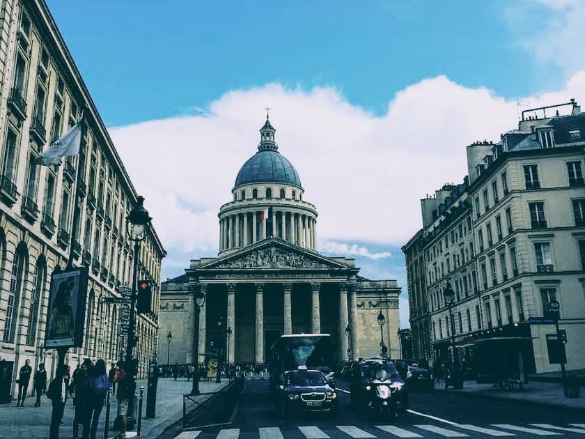 エミリー、パリへ行く ダグと電話する背景パンテオン