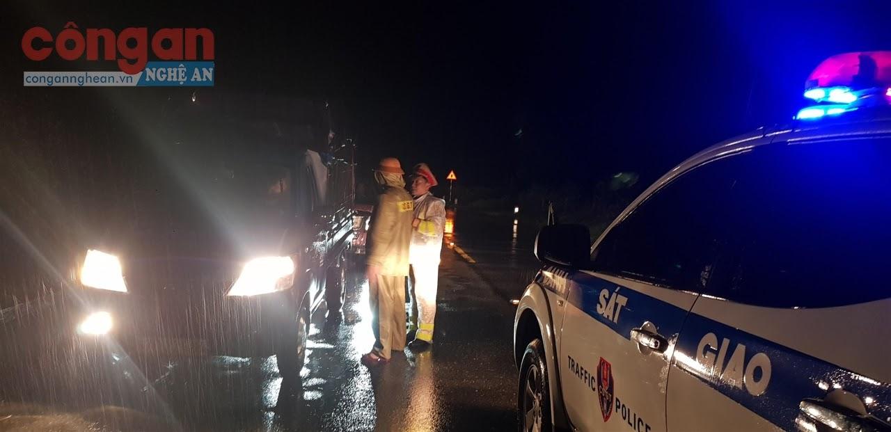Lực lượng CSGT dầm mưa đảm bảo ATGT trên tuyến                   Quốc lộ 1A để tránh nguy cơ mất ATGT