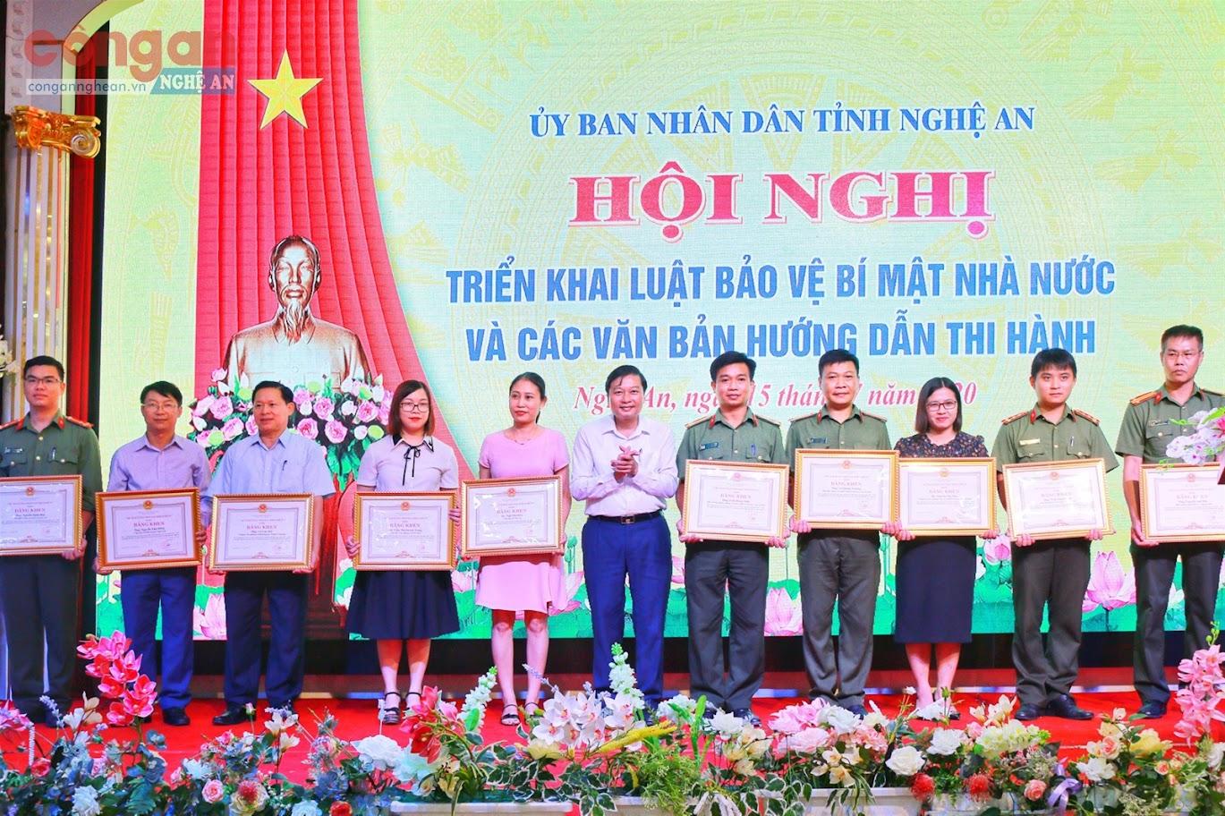 Đồng chí Lê Hồng Vinh, Ủy viên BTV Tỉnh ủy, Phó Chủ tịch Thường trực UBND tỉnh trao Bằng khen của Chủ tịch UBND tỉnh cho các cá nhân có thành tích xuất sắc trong triển khai thực hiện công tác bảo vệ bí mật Nhà nước