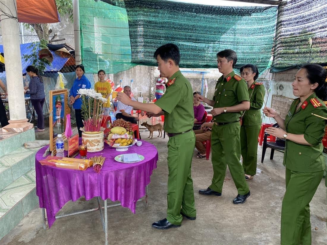 Đoàn thắp hương cho liệt sỹ Trương Văn Thắng (SN 1989, Công an xã biên giới Hướng Việt, huyện Hướng Hóa) hi sinh khi đi cứu dân.