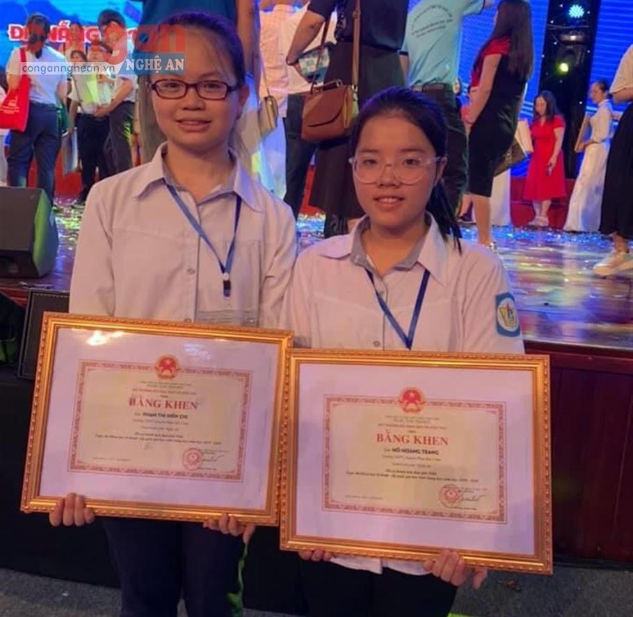 Hai em Phan Thị Hiền Chi và Hồ Hoàng Trang  nhận giải Nhất tại cuộc thi Khoa học kỹ thuật cấp quốc gia vào tháng 6/2020