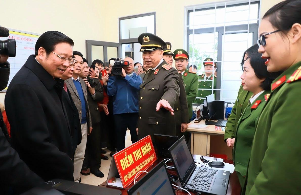 Bộ trưởng Tô Lâm cùng Bí thư Trung ương Đảng Phan Đình Trạc và đoàn công tác tham quan thực tế điểm thu nhận cấp căn cước công dân tại Trụ sở Công an xã Thanh Thủy.