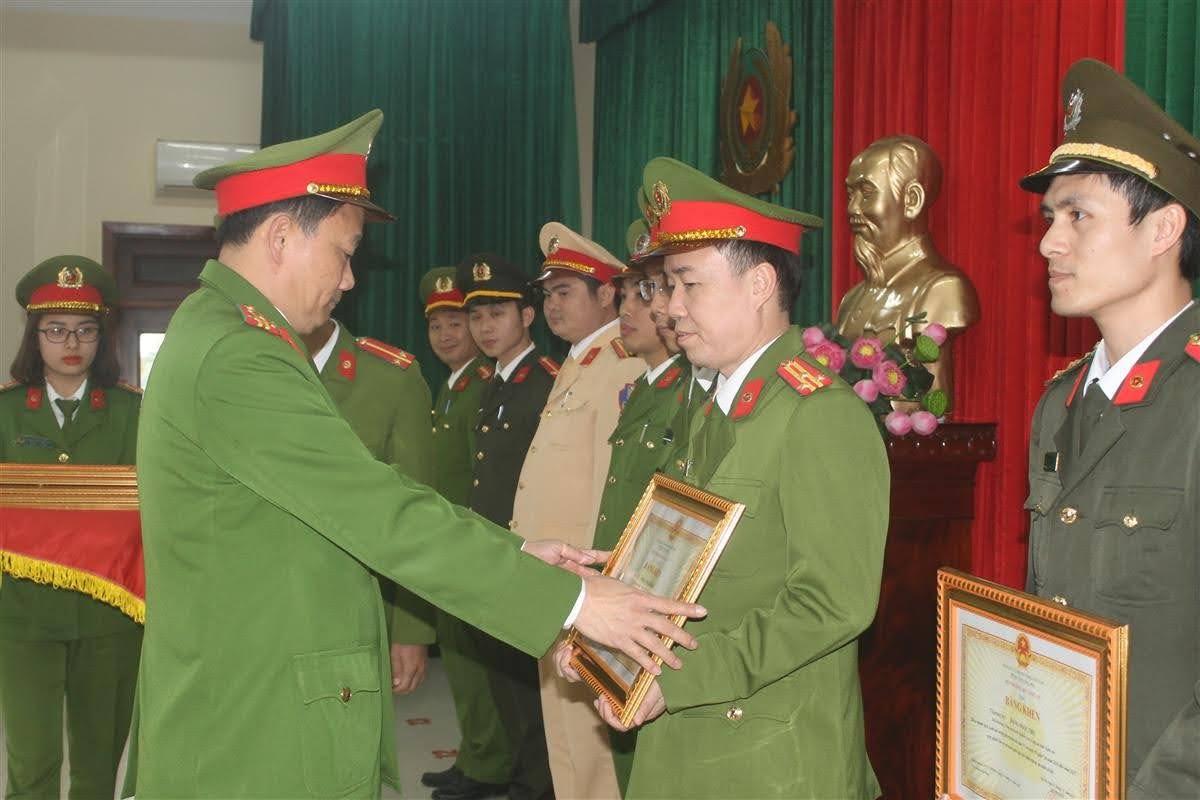 Đại tá Nguyễn Mạnh Hùng, Phó giám đốc Công an tỉnh tặng Bằng khen cho các cá nhân có thành tích xuất sắc