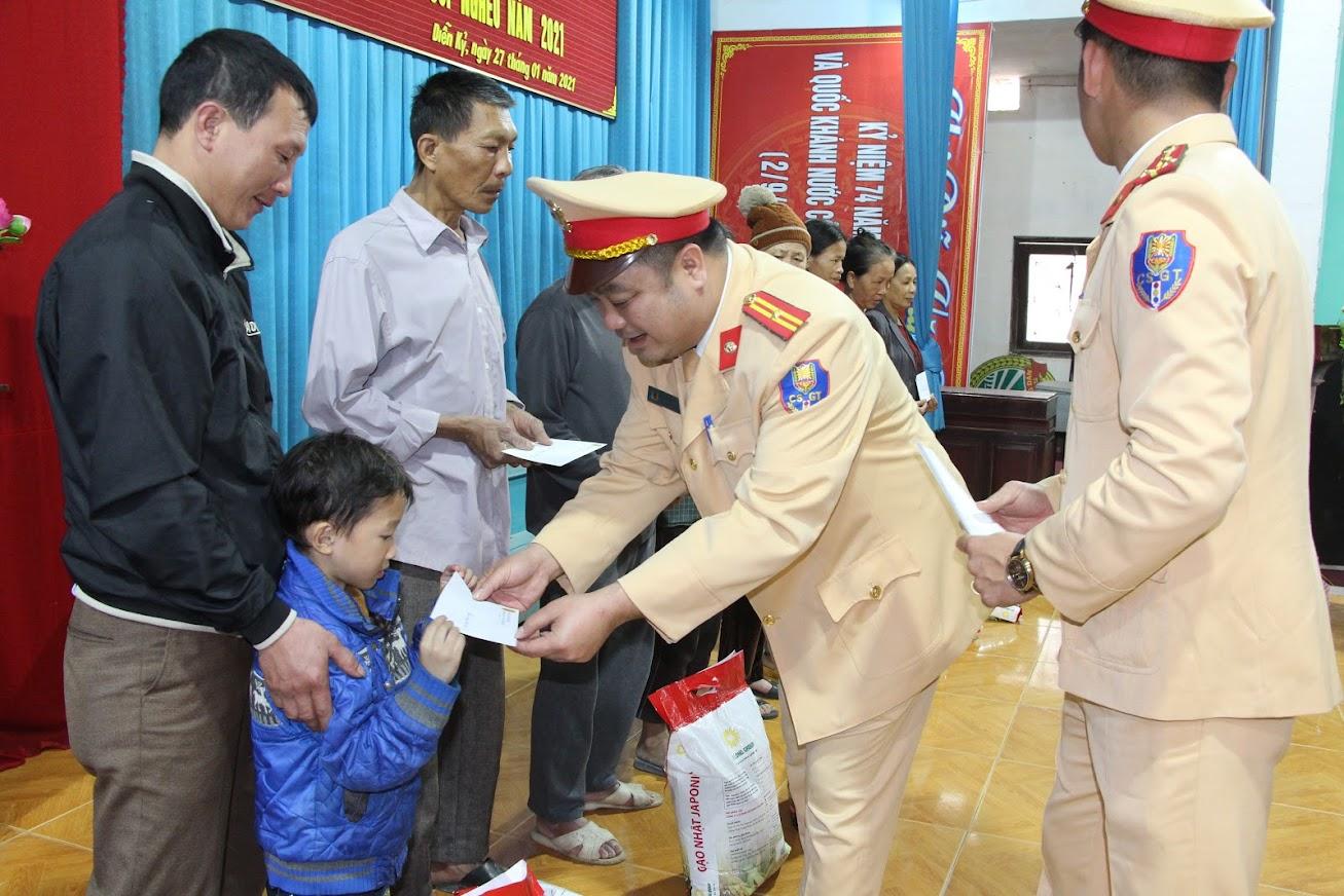 Trạm CSGT Diễn Châu trao quà Tết cho hộ nghèo xã Diễn Kỷ