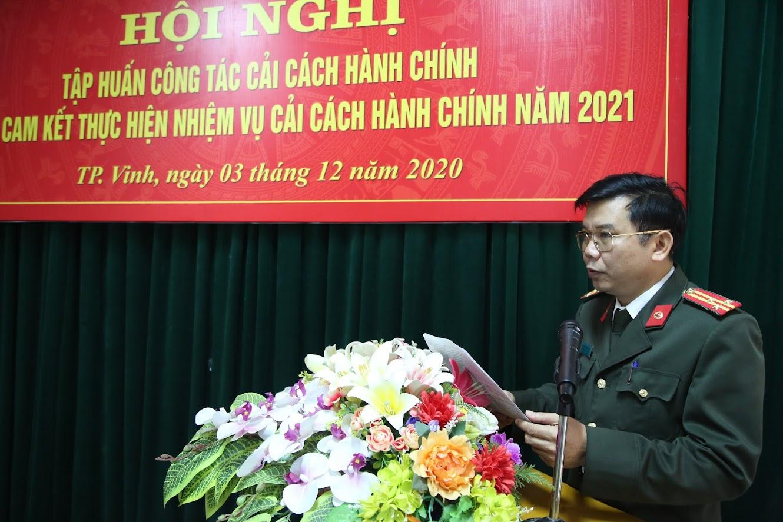 Thượng tá Nguyễn Văn Hùng, Trưởng Phòng Công tác Đảng và Công tác chính trị phát biểu tại hội nghị