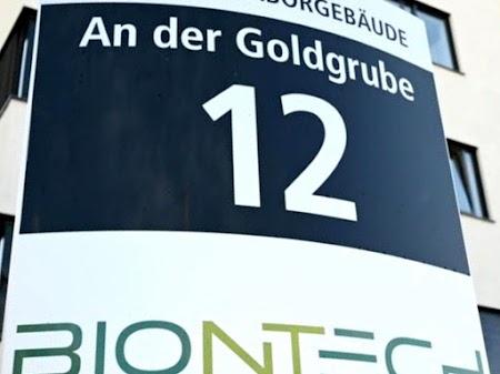 Firmenschild von BIONTECH mit Adressenangbe «An der Goldgrube 12».