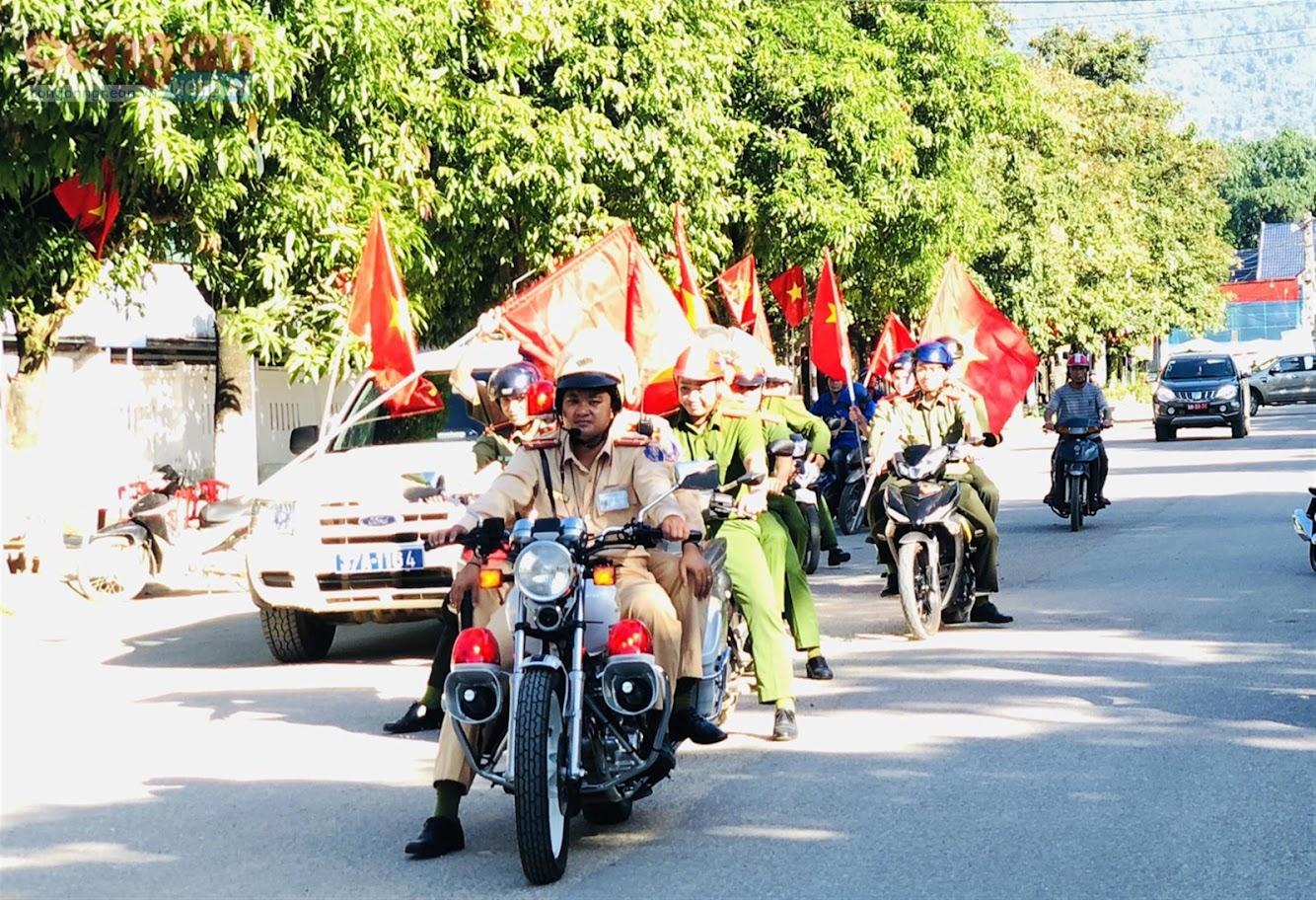 Lực lượng Công an huyện cùng các tổ chức, đoàn thể             huyện Quế Phong tham gia diễu hành tuyên truyền phòng, chống ma túy trên các tuyến đường