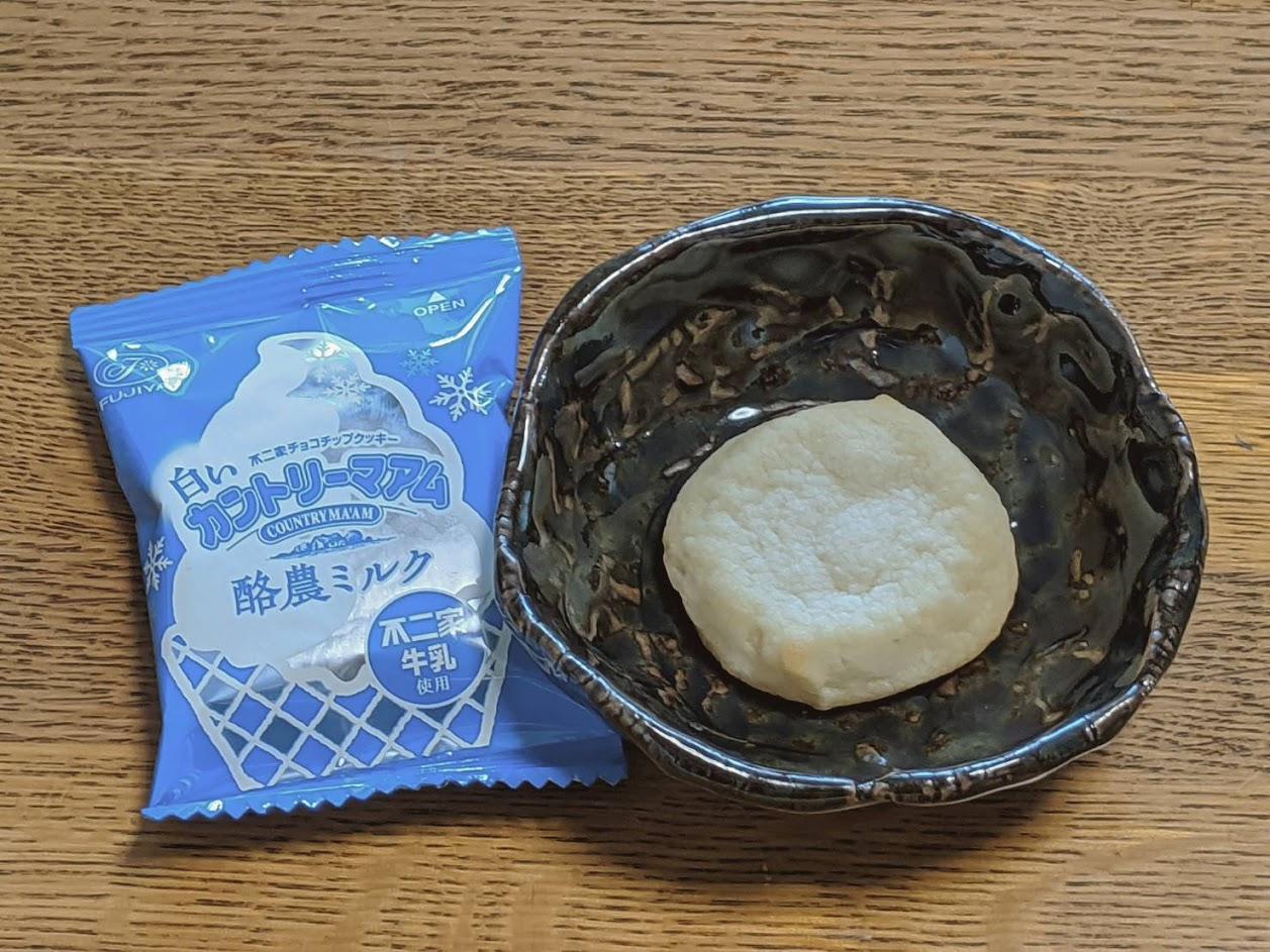 白いカントリーマアム個包装のパッケージと中身を小皿に出している画像