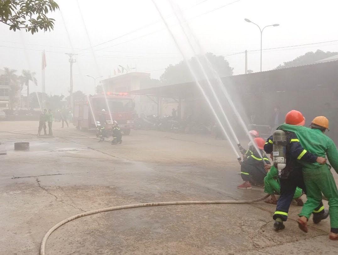 Cảnh sát PCCC nhanh chóng có mặt khống chế ngọn lửa và đưa người bị ngạt ra ngoài
