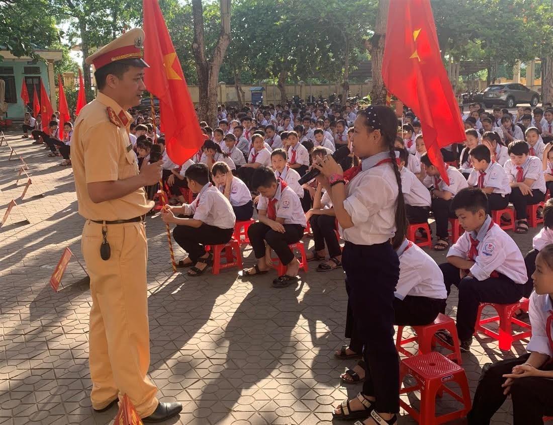 CSGT Công an thị xã Cửa Lò tuyên truyền pháp luật trong trường học