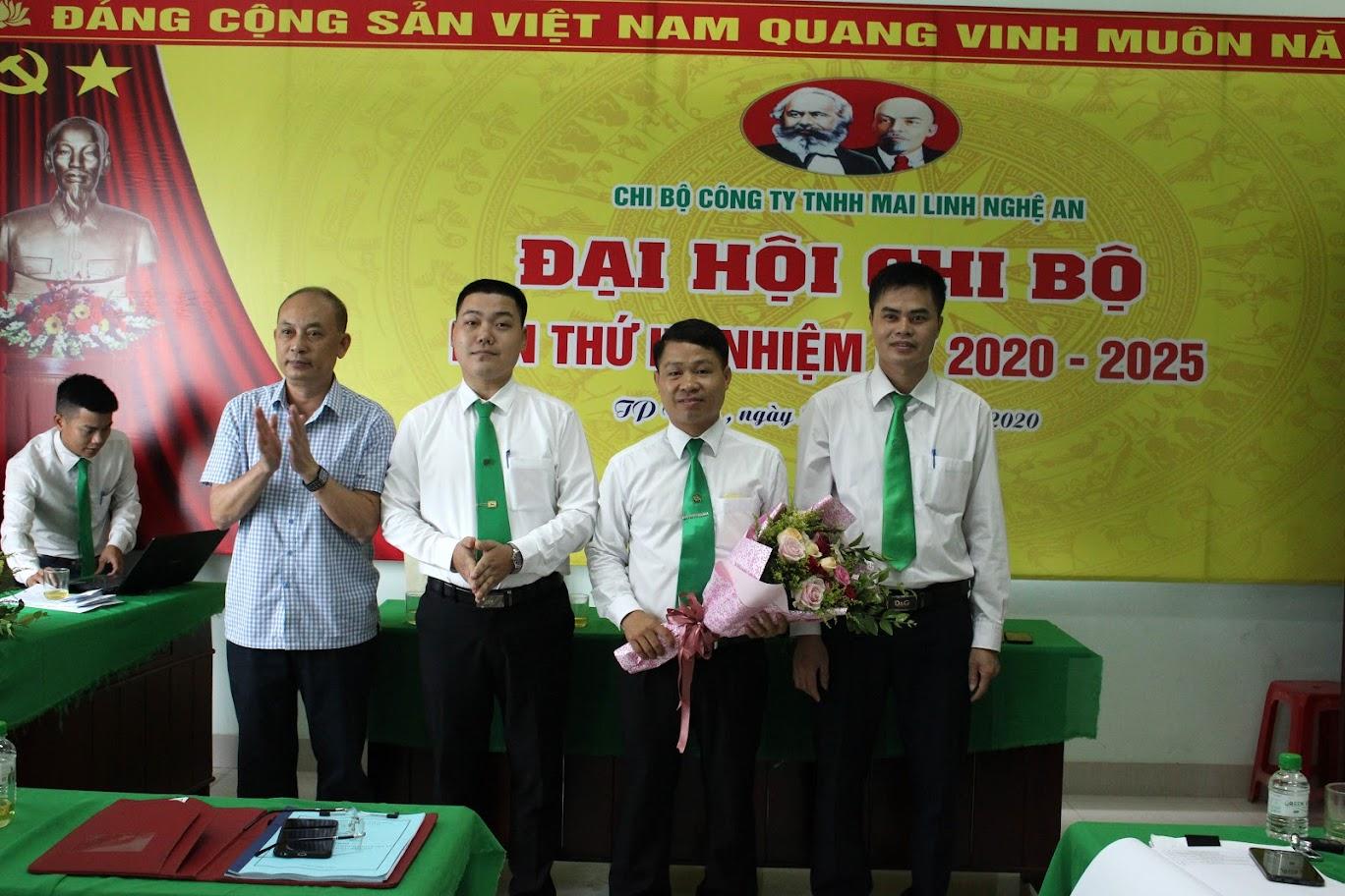 Đại diện Đảng bộ khối Cơ quan doanh nghiệp tỉnh Nghệ An chúc mừng BCH mới nhiệm kỳ 2020 – 2025