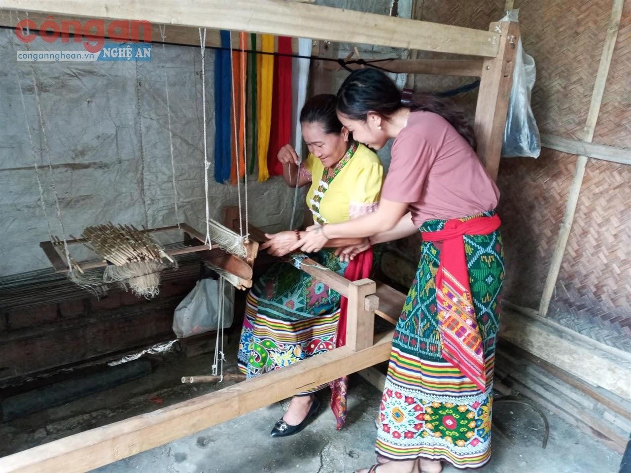 Phát triển du lịch cộng đồng góp phần bảo tồn các giá trị             văn hóa bản địa đặc sắc
