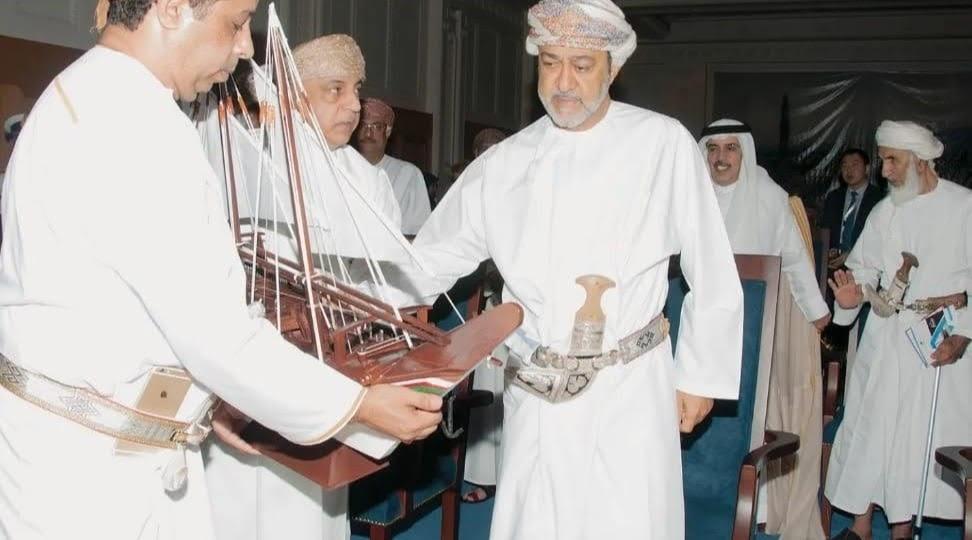موجودہ بادشاہ السید ھیثم بن طارق ' صحار ' کشتی کا ماڈل دیکھتے ہوئے
