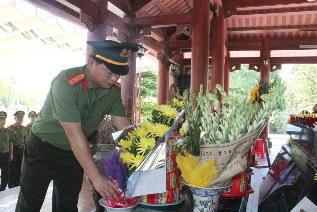 Dâng hương, dâng hoa bày tỏ sự tri ân đối với các anh hùng liệt sỹ TNXP tại Khu di tích lịch sử Quốc gia Truông Bồn.