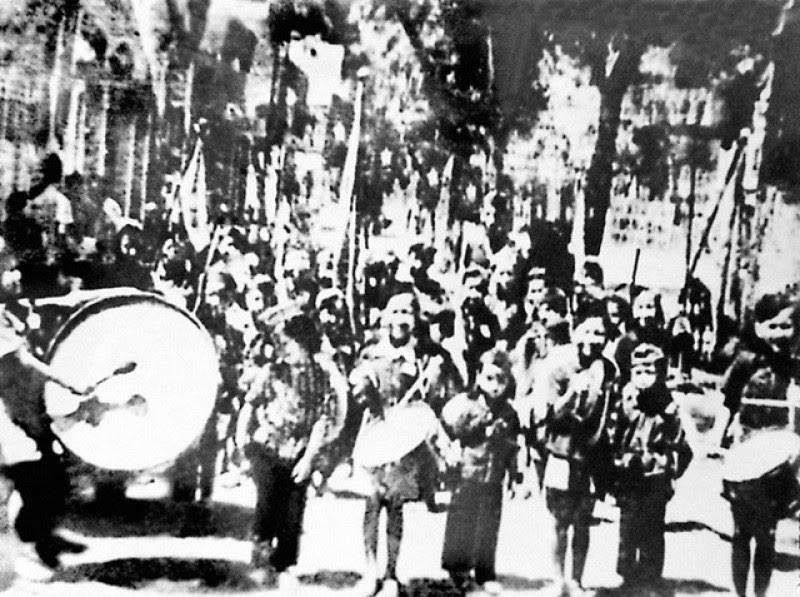 Thiếu nhi phố Mai Hắc Đế (Hà Nội) cổ động trong ngày bầu cử đầu tiên của đất nước. Ảnh Tư liệu
