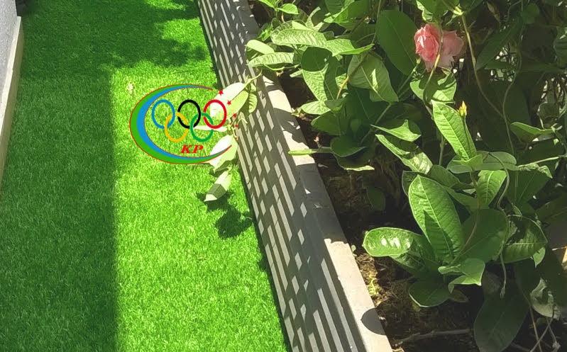 Thảm cỏ nhựa sân vườn làm sân chơi cho trẻ nhỏ nô đùa