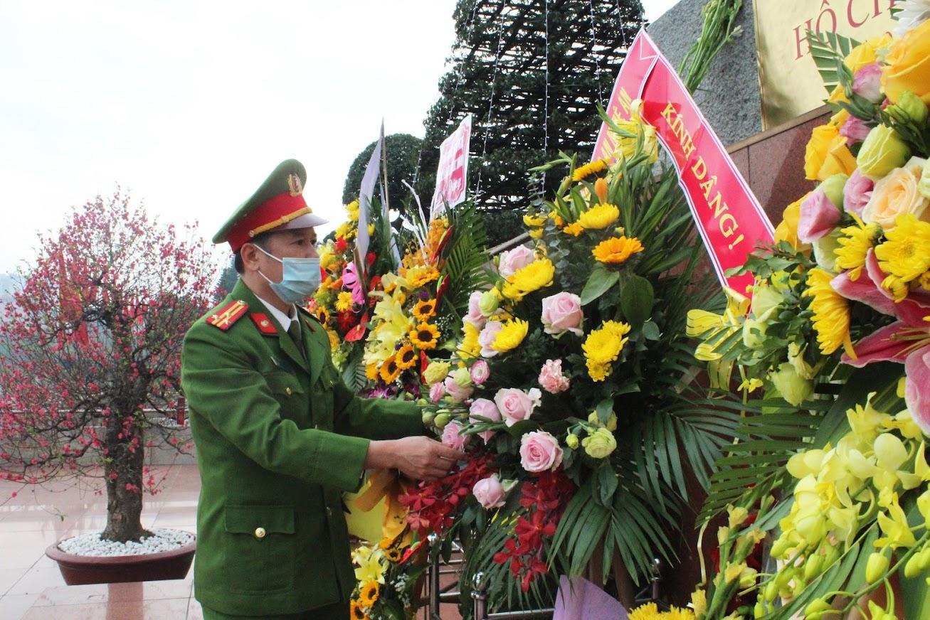 Đồng chí Thượng tá Hồ Nam Long – Trưởng phòng Cảnh sát Cơ động Công an tỉnh dâng hoa dâng hoa tưởng niệm Chủ tịch Hồ Chí Minh