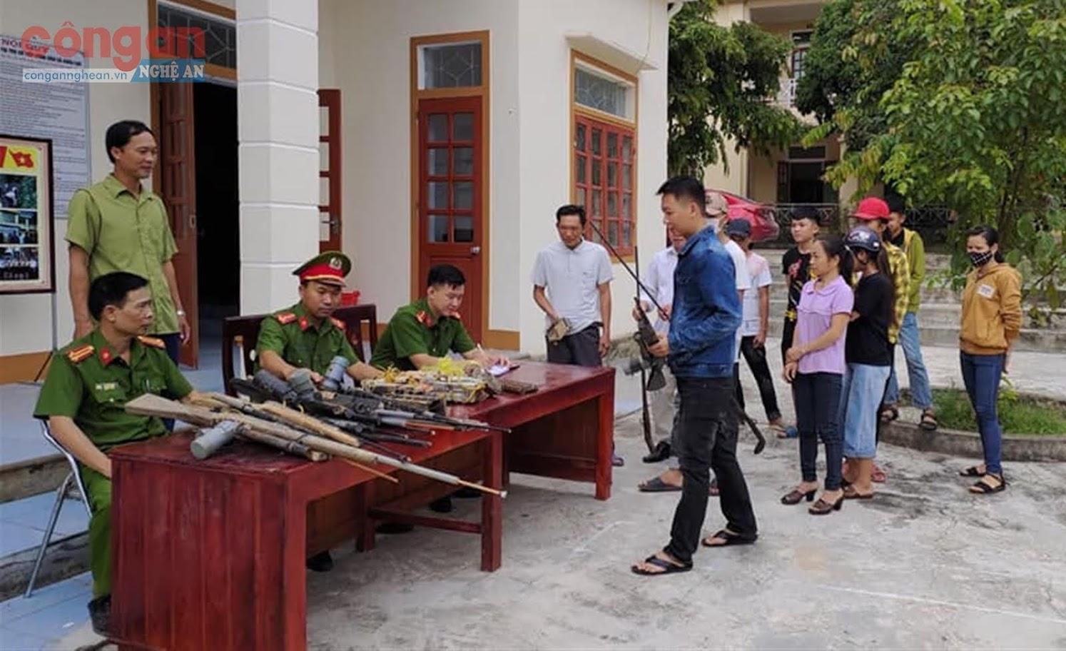 Qua công tác tuyên truyền, vận động, nhiều người dân đã mang các loại               vũ khí đến giao nộp cho cơ quan Công an