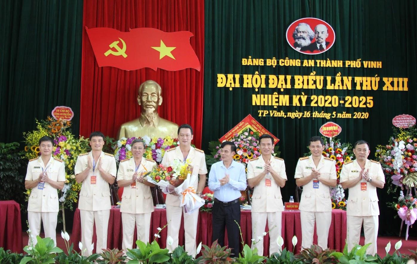 Đồng chí Trần Ngọc Tú, Chủ tịch UBND TP Vinh tặng hoa chúc mừng BCH nhiệm kỳ mới.