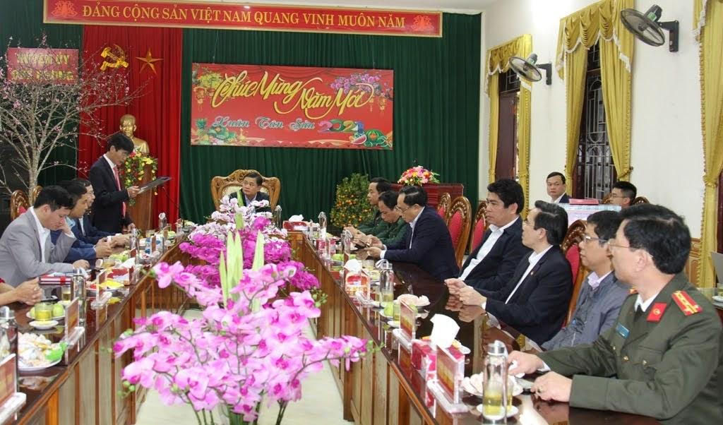 Đoàn công tác làm việc tại huyện Quế Phong