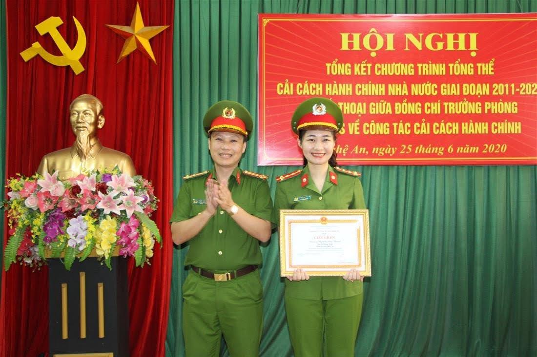 Thượng tá Phạm Anh Tuấn- Trưởng Phòng trao giấy khen cho cá nhân có thành tích xuất sắc trong công tác CCHC