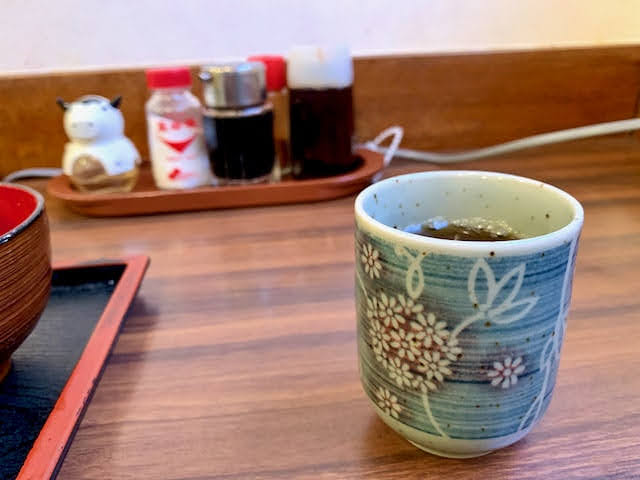 テーブル上のお茶の入った湯呑み