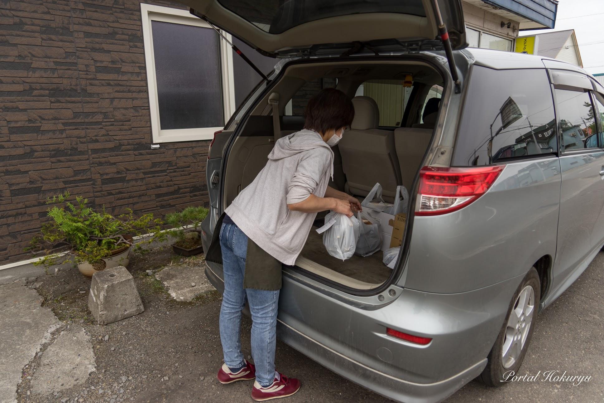 お弁当を車に積み込んで、配達担当するのは奥様・裕子さん
