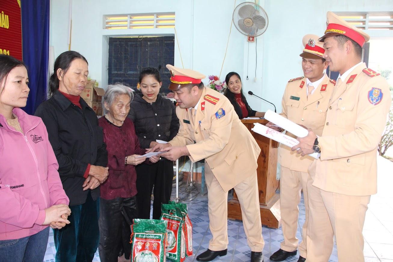 Trạm CSGT Diễn Châu trao quà Tết cho hộ nghèo xã Diễn Hồng