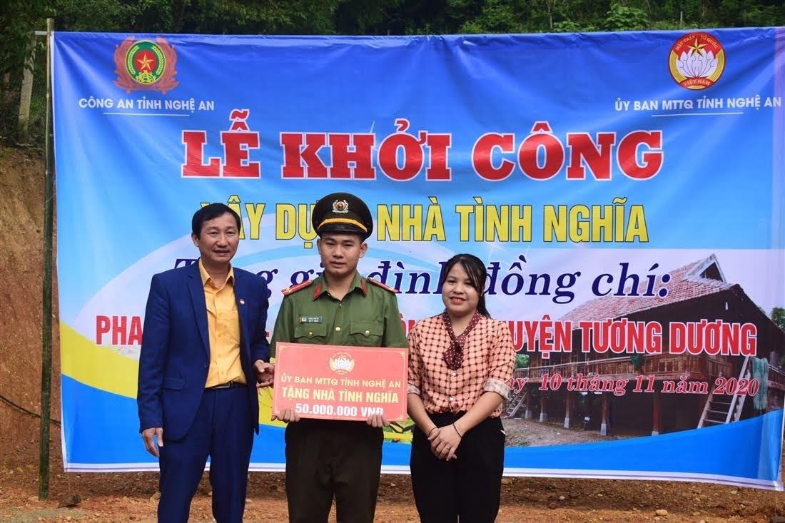 Đồng chí Lương Bá Vin, UVBTV, Chủ tịch MTTQ huyện Tương Dương trao quà hỗ trợ cho đồng chí Phan Thế Cơ