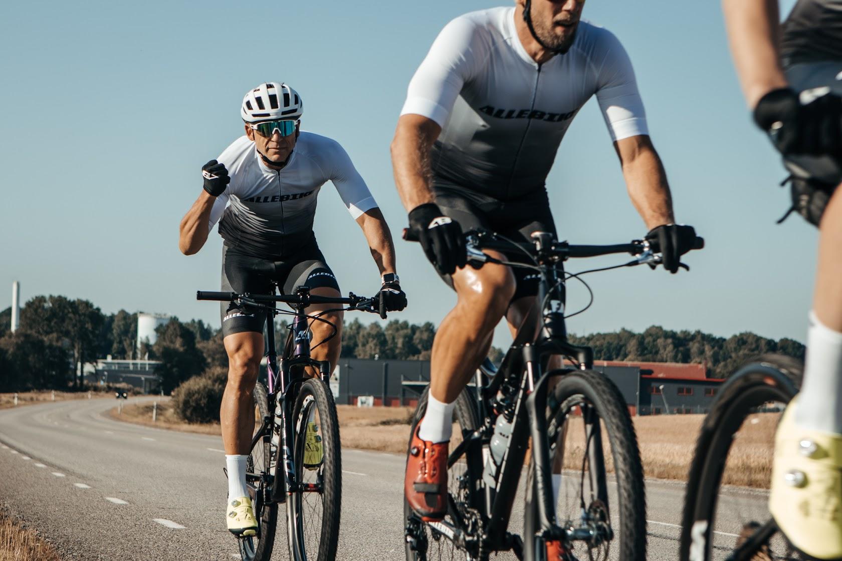 Vit cykelhjälm från Allebike som passar till Mountainbike