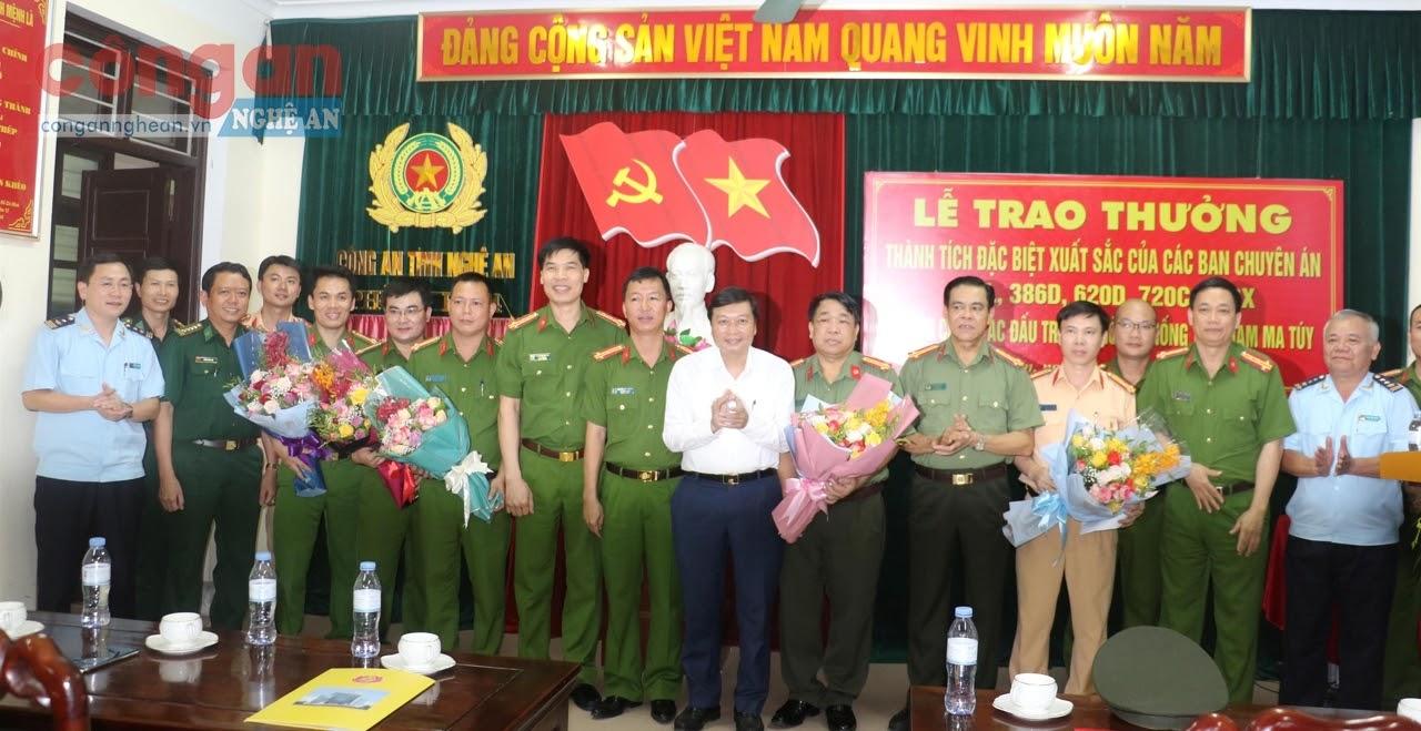 Đồng chí Lê Hồng Vinh, Uỷ viên Ban Thường vụ Tỉnh uỷ, Phó Chủ tịch Thường trực UBND tỉnh trao thưởng                                        cho đại diện các Ban chuyên án có thành tích xuất sắc trong đấu tranh với tội phạm ma túy
