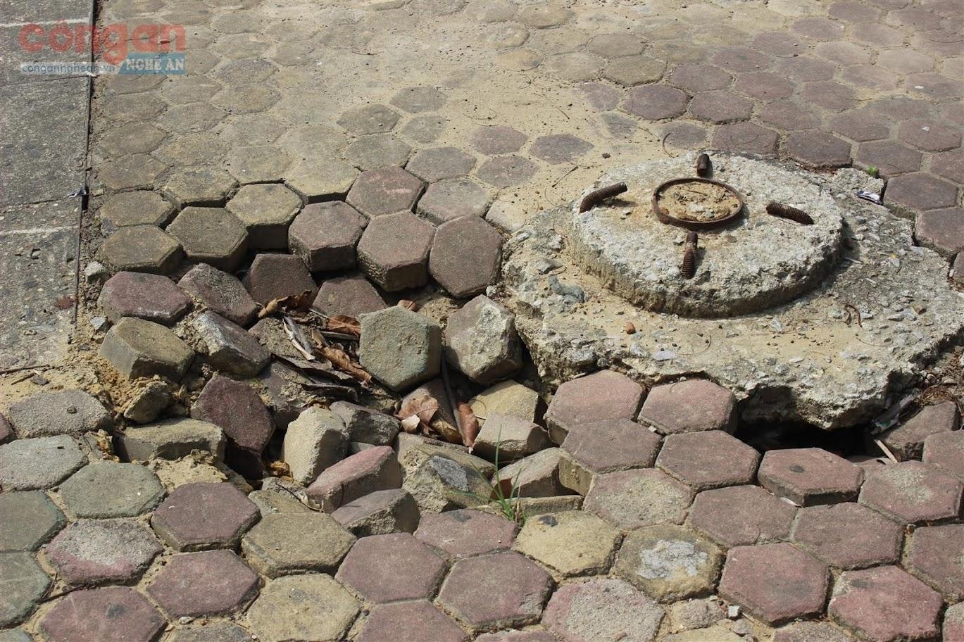 Tương tự, tại tuyến đường Lê Hồng Phong, vỉa hè hai bên đường lồi lõm, vỡ nát. Có chỗ nền đá lót vỉa hè còn nứt toạc ra, nhô lên cao hẳn so với mặt đất khiến vỉa hè hoàn toàn bị biến dạng, gập ghềnh.
