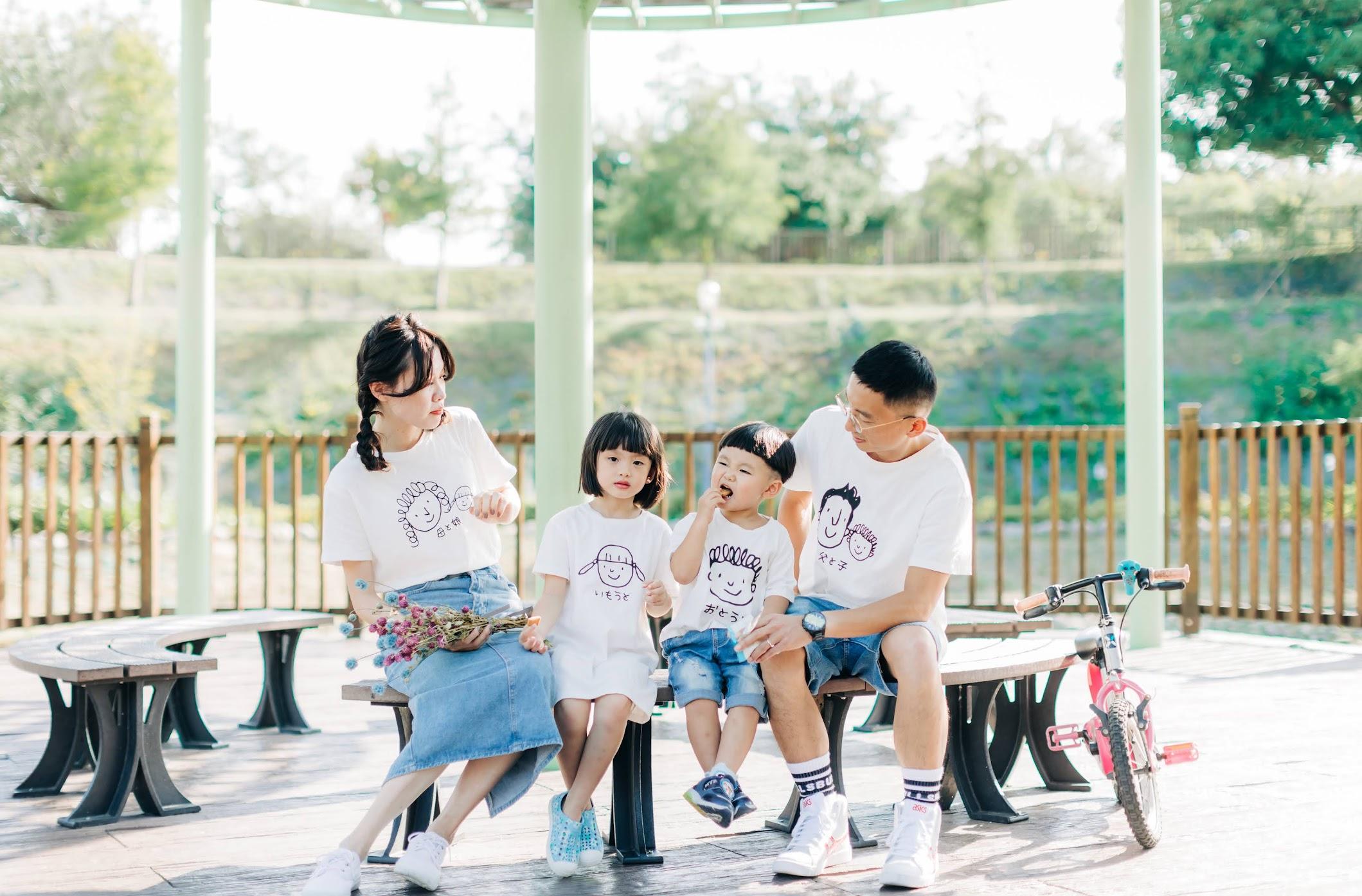 坪林森林公園家庭寫真 | Guan's Family | 戶外全家福 - 美式家庭照 坪林森林公園家庭寫真 / 戶外 親子 家庭照 / 美式婚紗婚禮 / 全家福 , 今年秋天,我們在坪林森林公園 ,為可愛的怡端一家拍攝了 外景 陽光 親子照 ,在風和日麗的下午,拍攝也很順利。這是一次非常深刻的 戶外 全家福 親子寫真 拍攝經驗,途中還在草地上,為他們拍攝AG的 逐光 美式 婚紗。