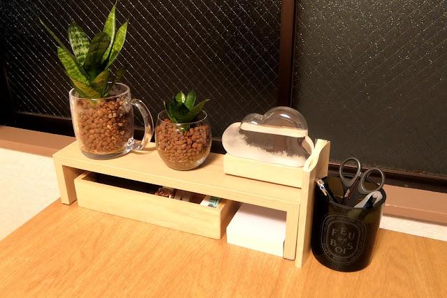 テーブルが狭いので、ニトリのウォールシェルフをフル活用して、すっきりさせてみた!