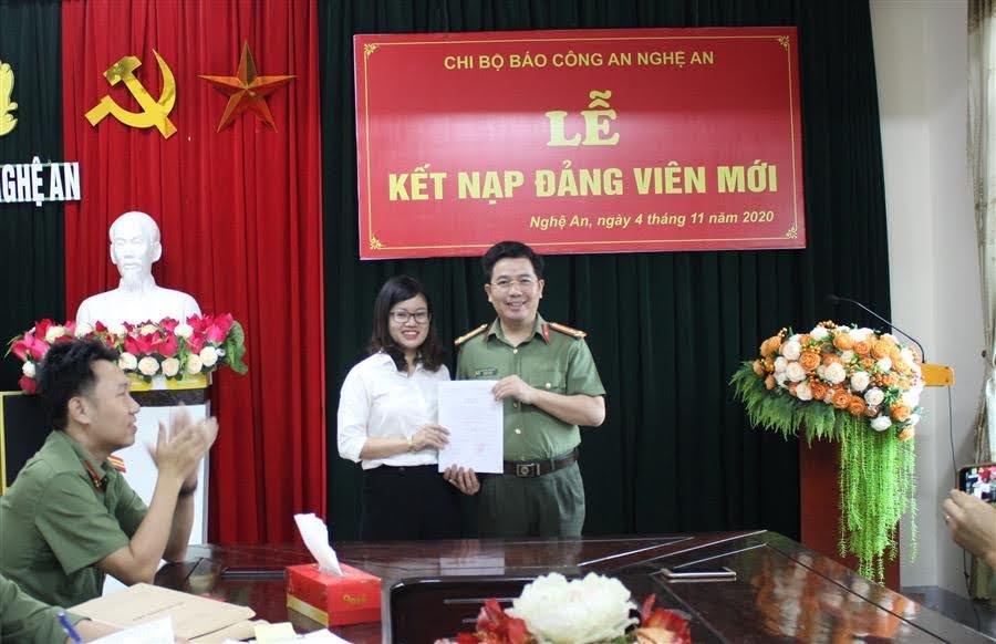 Đồng chí Thượng tá Nguyễn Xuân Thư - Bí thư Chi bộ Báo Công an Nghệ An trao quyết định kết nạp đảng viên mới cho quần chúng ưu tú Phan Thị Tuyết