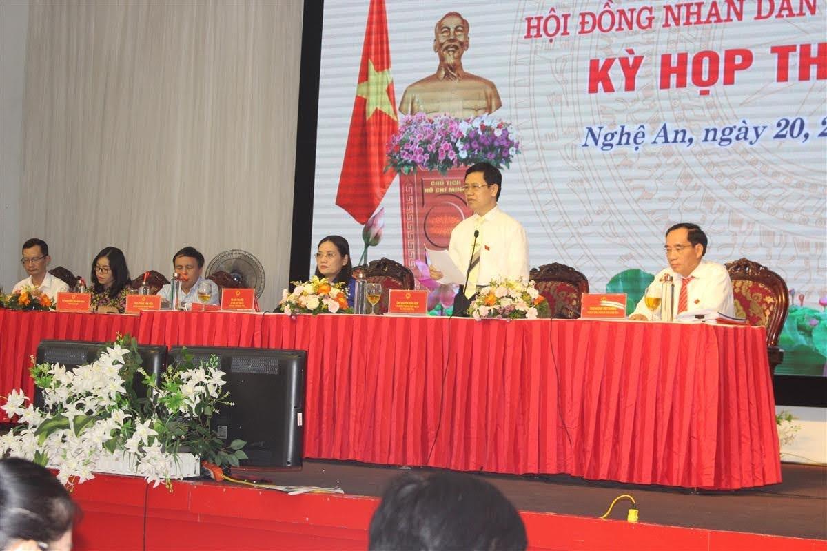 Đồng chí Nguyễn Xuân Sơn, Chủ tịch HĐND tỉnh kết luận về nội dung chất vấn