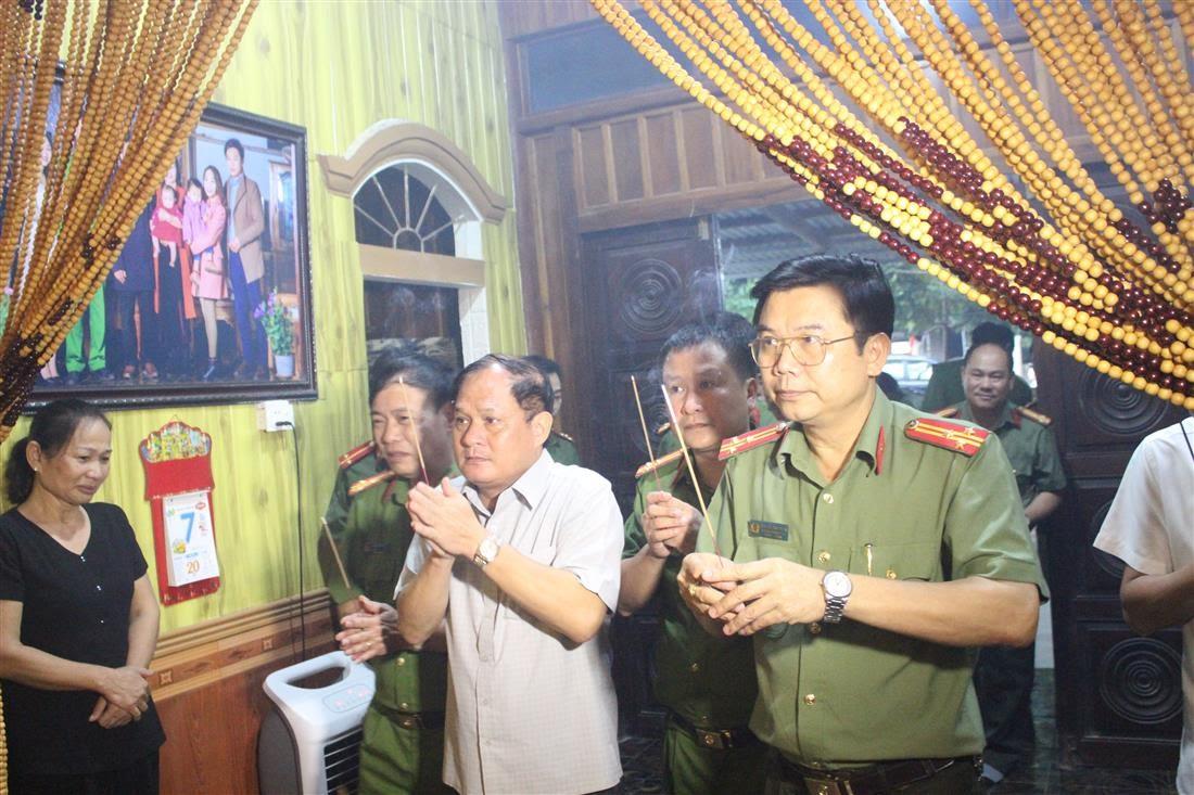 Đoàn công tác Công an tỉnh Nghệ An thắp hương trước anh linh đồng chí Đại úy Sầm Quốc Nghĩa.
