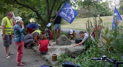 Friedensfahrradfahrer der DFG-VK pflegen den Gedenkstein «ATOMWAFFEN ABSCHAFFEN».