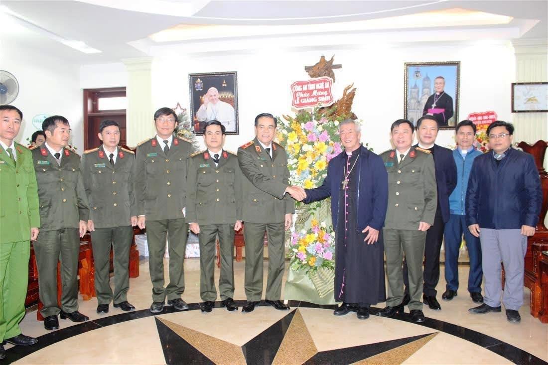 Các đồng chí trong đoàn công tác Công an tỉnh Nghệ An chúc mừng Tòa Giám mục Giáo phận Vinh nhân Lễ Giáng sinh