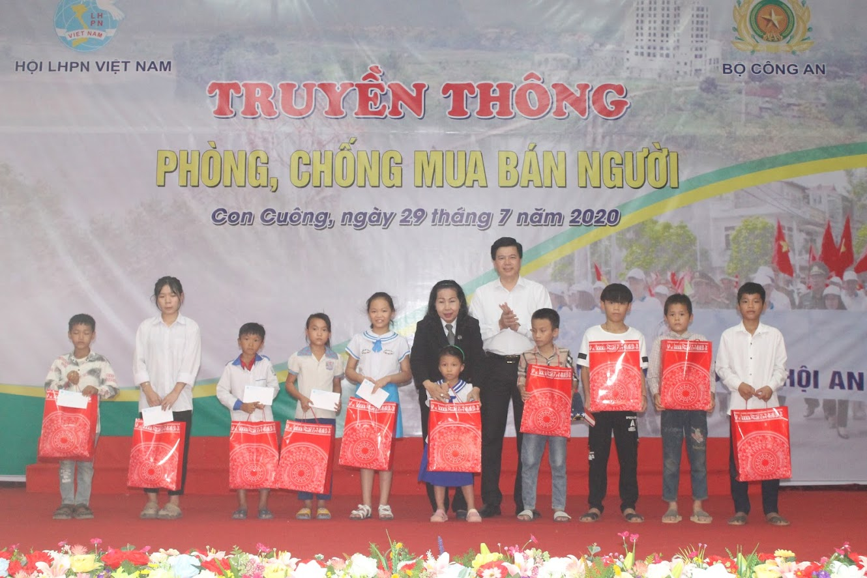 Tặng quà cho học sinh nghèo vượt khó