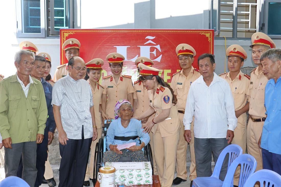 Cùng chính quyền và bà con nhân dân thăm, tặng quà mẹ Việt Nam anh hùng Phạm Thị An, 96 tuổi, có chồng và một người con là liệt sỹ, tại xã Diễn Thái, huyện Diễn Châu