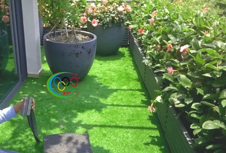 thảm cỏ nhựa làm sân chơi cho trẻ em nô đùa