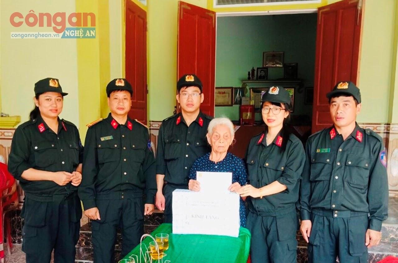 Phòng Cảnh sát Cơ động Công an Nghệ An thăm hỏi, tặng quà                             cho mẹ Việt Nam anh hùng Nguyễn Thị Năm
