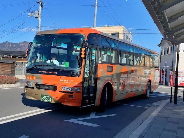 山田駅前に到着する106急行
