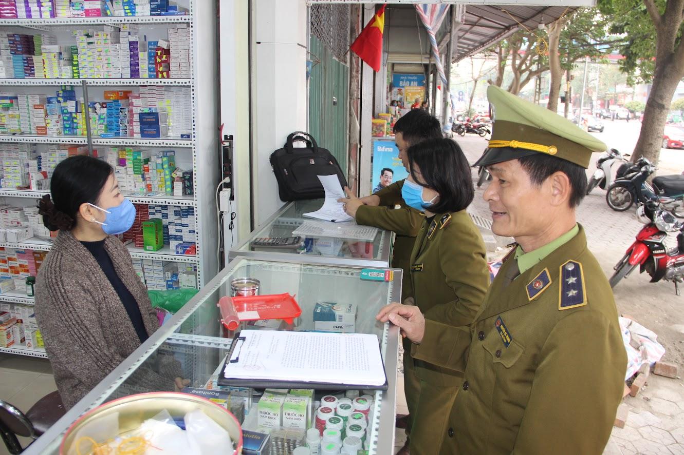 Lực lượng Quản lý thị trường kiểm tra tại cơ sở kinh doanh dược phẩm trên địa bàn TP Vinh