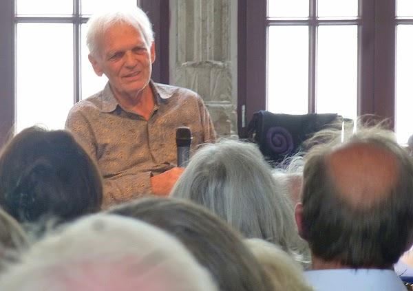 Erasmus Schöfer in einer Veranstaltung.