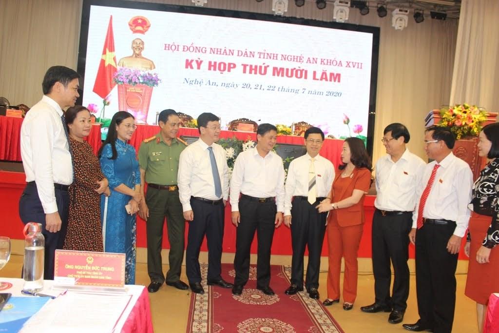 Các đại biểu trao đổi tại kỳ họp