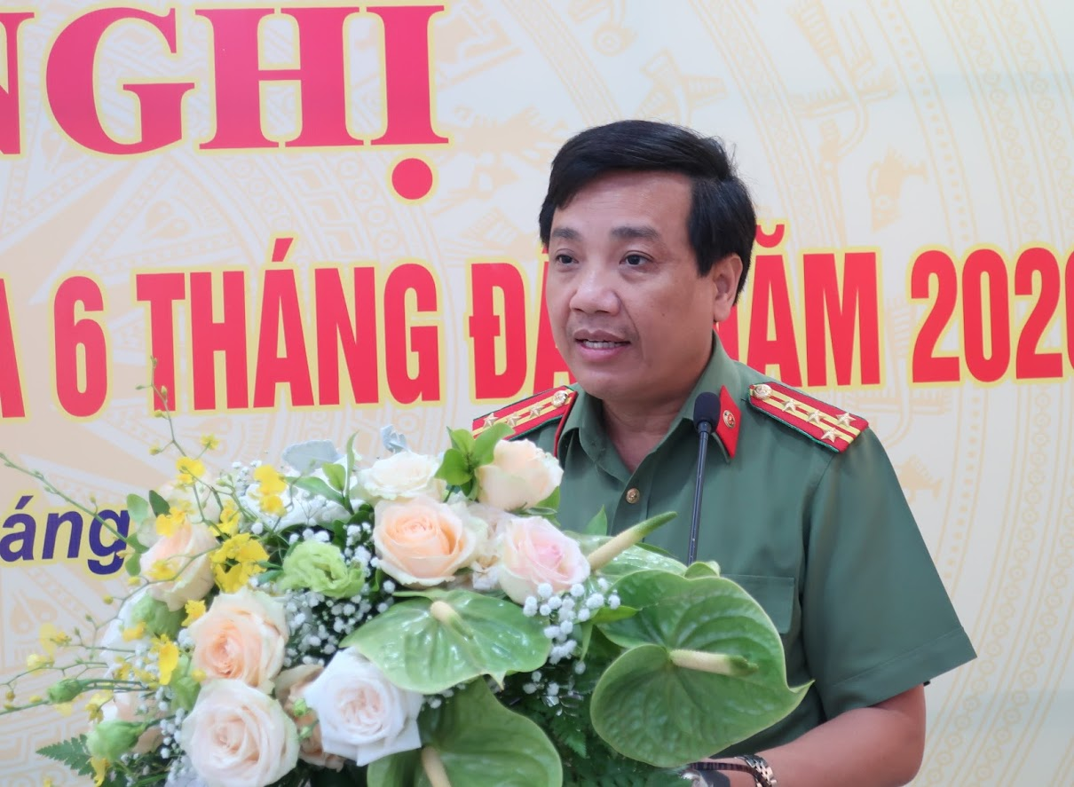 Đại tá Hồ Văn Tứ - Phó Giám đốc Công an tỉnh Nghệ An báo cáo sơ kết phong trào thi đua 6 tháng đầu năm 2020 của Cụm thi đua số 5