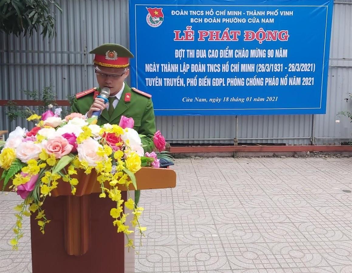 Cán bộ Công an phường Cửa Nam tuyên truyền, phổ biến GDPL phòng chống pháo nổ