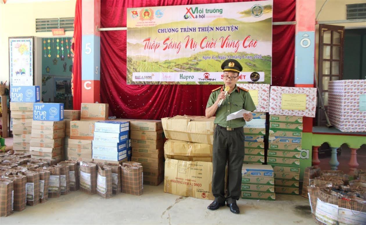 Đồng chí Thượng tá Hoàng Minh Tân-  Phó Trưởng phòng Kỹ thuật nghiệp vụ phát biểu tại buổi lễ trao quà